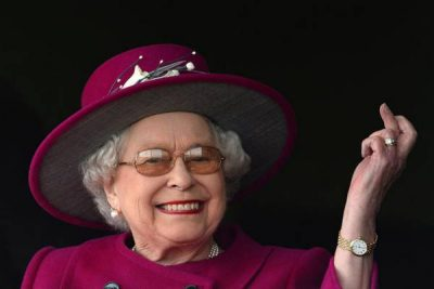 Queen Elizabeth gives England the finger