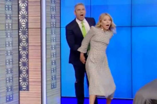 Kelly Ripa grabs Andy Cohen's crotch